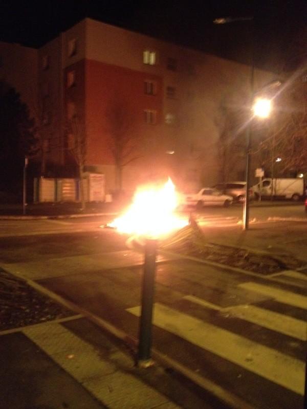 Mantes-la-Jolie (Val fourré) - dimanche 29 décembre, 22h20 - une poubelle est partie en fumée après qu'un véhicule ait reçu une balle de flash-ball par le tir d'un policier (MA/Ab.N)