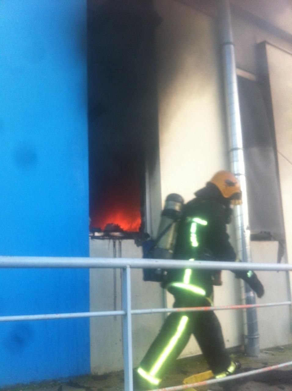 Mantes-la-Jolie (Yvelines) - vendredi 6 décembre 2013 - La salle des fêtes de la poste a été la cible d'un incendie en ce jour grand marché. La piste criminelle est évoquée par les enquêteurs (MA/Ab.N)