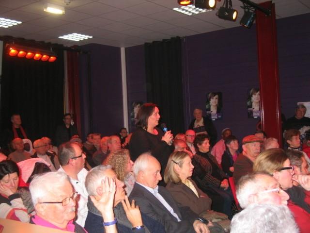 Mantes-la-Ville (Yvelines) - 30.01.2014 - Une habitante du quartier des Merisiers soumet une proposition à Annette Peulvast (MA/Ab.N)