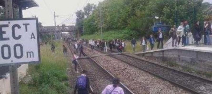 Guerville : les passagers descendent sur les voies