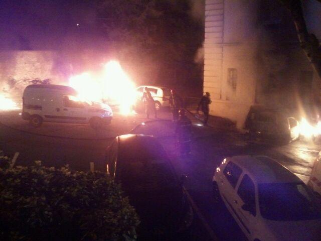 Mantes-la-Ville (Yvelines), mardi 1 avril 2014, 0h55 - deux véhicules ont pris feu devant la bibliothèque des Alliers de Chavannes. La piste criminelle est envisagée (MA/Ab.N)