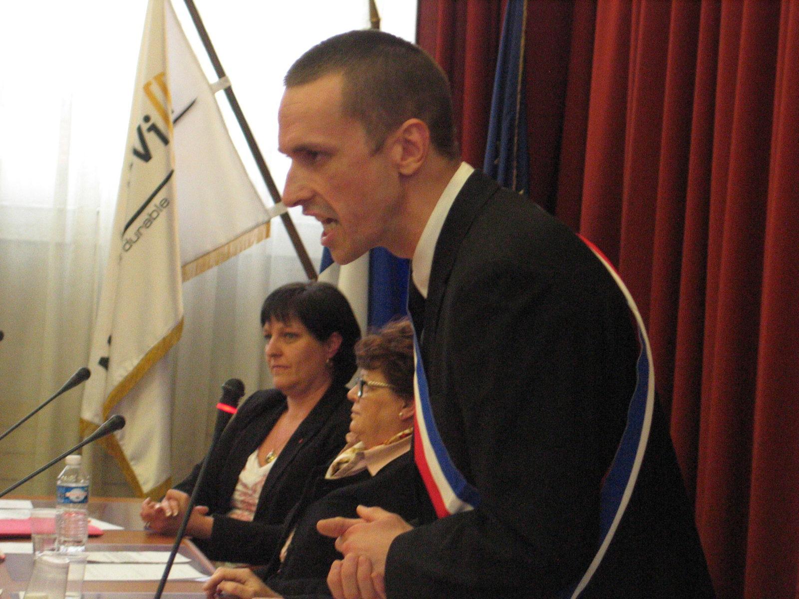 Mantes-la-Ville (Yvelines), vendredi 4 avril 2014. Le frontiste Cyril Nauth a été officiellement élu maire lors du premier conseil municipal (MA/Ab.N)