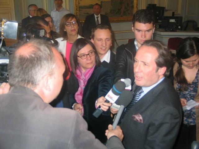 Versailles (Yvelines) le  11 avril 2014 - Pierre Bédier (à droite) a été réélu président du conseil général des Yvelines (MA/Ab.N)