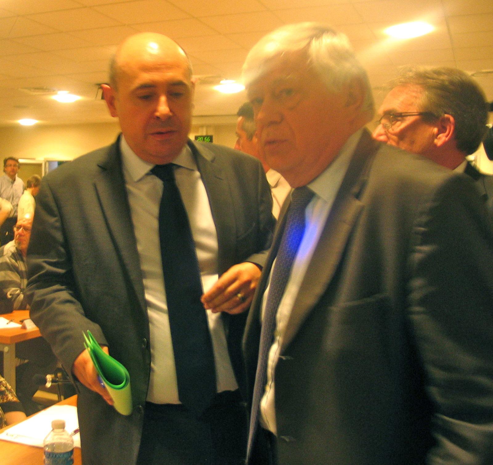 Paul Martinez (à gauche) en discussion avec l'ancien sénateur UMP Dominique Braye (MA/Ab.N)