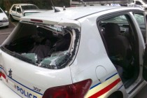 Mantes-la-Jolie: la police gaze des jeunes et repart avec une voiture caillassée