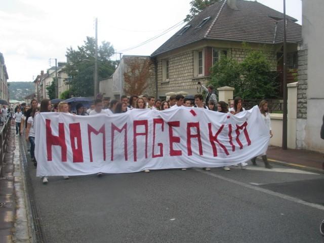 Environ 300 personnes ont participé à une marche blanche à Mantes-la-Jolie en hommage à Kim décédée suite à une balade à cheval (MA/Ab.N)