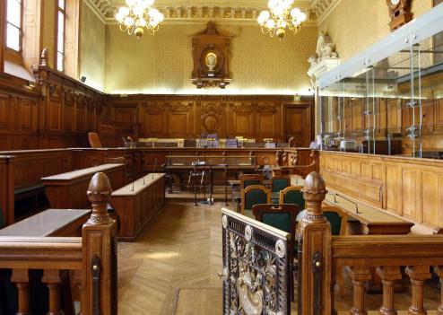 Un ex-policier accusé d'avoir abusé d'une femme, ivre, en cellule de dégrisement, est jugé depuis ce lundi devant les assises des Yvelines.