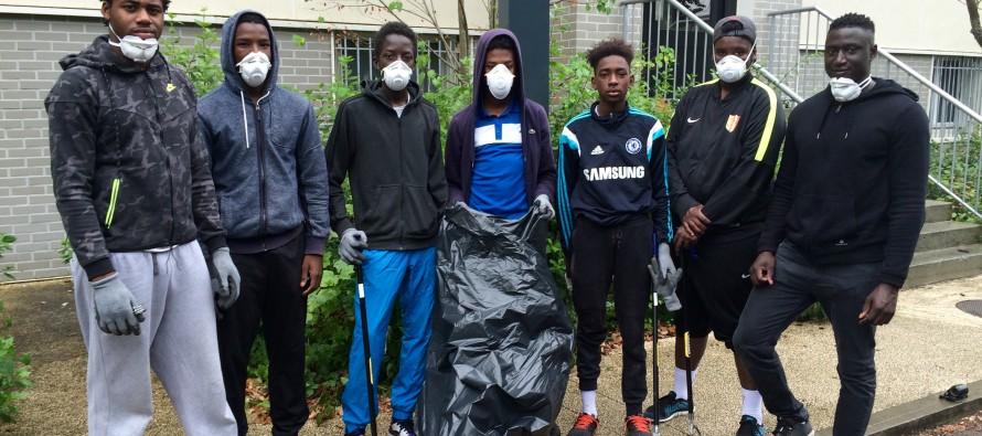 Mantes-la-Jolie : des jeunes du Val Fourré retirent les déchets des gaines techniques