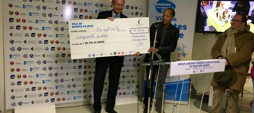 """Solidarité : Mantes-la-Jolie remet un chèque de 17 050 € à """"+ de Vie"""" et URMA"""