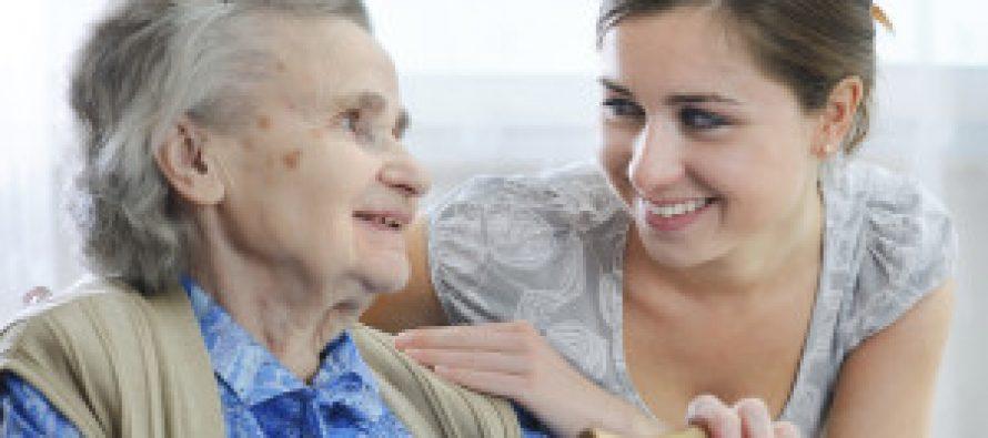 Job d'été : le conseil départemental recrute 150 jeunes pour rendre visite aux personnes âgées