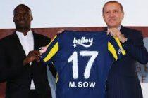 Mantes-la-Jolie : Moussa Sow offre son maillot à Erdoğan, le président de la Turquie