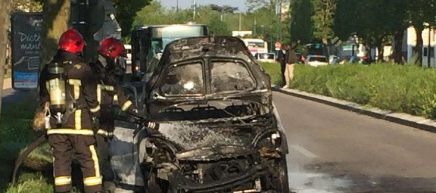 mantes la jolie une voiture prend feu sur l avenue du. Black Bedroom Furniture Sets. Home Design Ideas