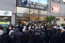 Ras-le-bol à Mantes : 150 parents manifestent devant la mairie du Val Fourré