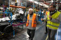 Flins-sur-Seine : Charles Aznavour en visite à l'usine Renault