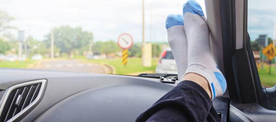Prévention – Routes : les pieds sur le tableau de bord, un véritable danger