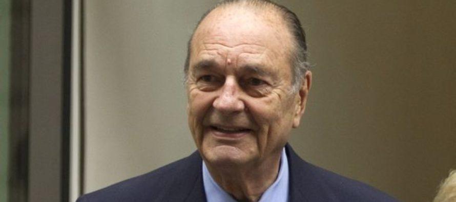 Décès Chirac : à Mantes-la-Jolie, minute de silence, drapeaux en berne et registres de condoléances