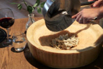 Mezza Luna : découvrez les fameuses pâtes flambées à la Grappa dans la meule de Parmesan
