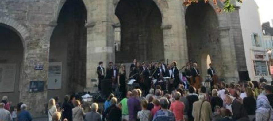Mantes-la-Jolie : concert de l'Orchestre de l'Alliance au pied de la Tour Saint Maclou