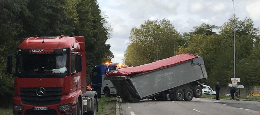 Rosny-sur-Seine : la remorque d'un poids lourd se détache sur la D113