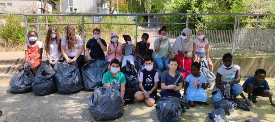 Mantes-la-Ville : opération de ramassage de déchets réussie pour Dom'Vill et l'amicale des locataires