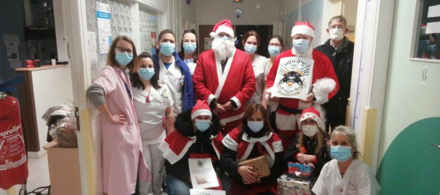Hôpitaux de Mantes et Poissy : le cortège de Pères Noël fait des heureux
