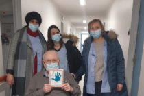 Mantes-la-Jolie : des enfants réalisent des cartes de voeux pour des personnes âgées